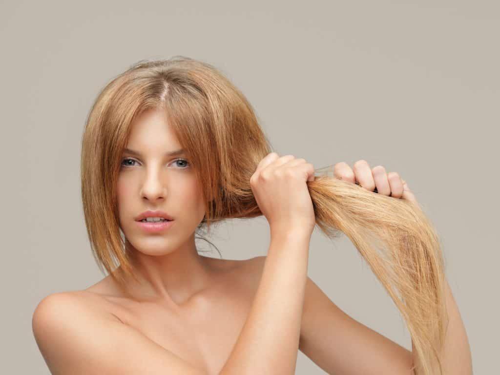 Cheveux mal entretenus